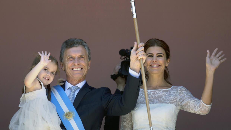 Macri saluda desde el balcón de la Casa Rosada