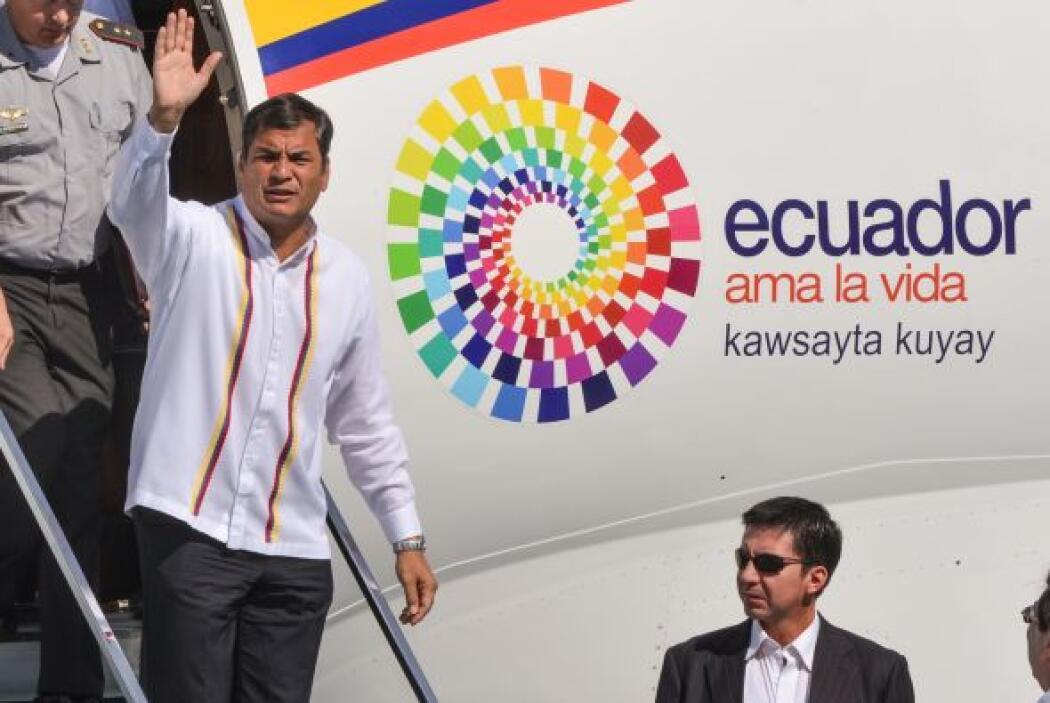 El mandatario ecuatoriano, acompañado por el canciller Ricardo Patiño, f...
