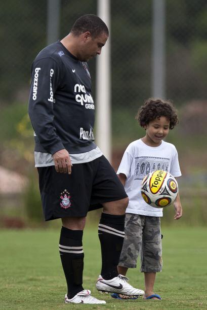 El goleador de todos los mundiales le enseña a su hijo a jugar co...