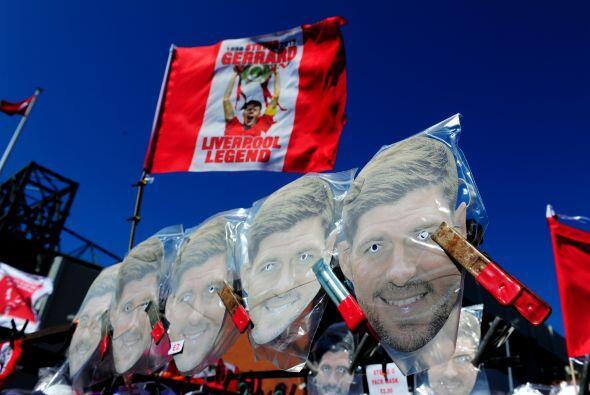 El rostro de 'Stevie-G' no podía faltar en las inmediaciones al estadio...