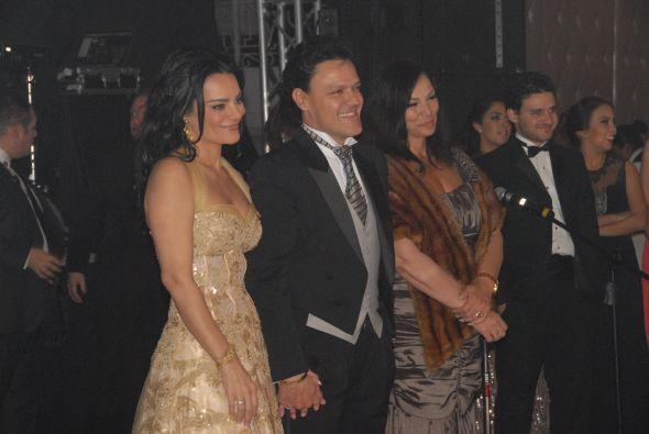 ¡Qué imagen más bella! Pedro y su esposa gozando de la dicha de su familia.