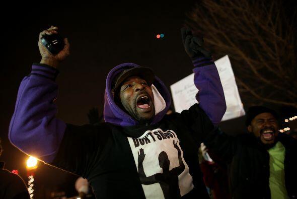 """Un manifestante coreaba: """"Manos arriba, no disparen""""."""