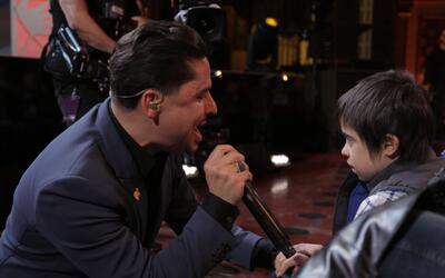 Larry Hernandez bajó del escenario y le cantó a uno de los niños en el p...
