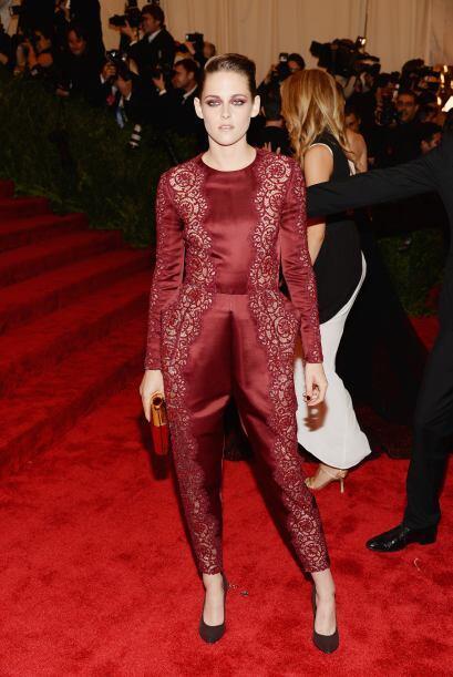 El color vino vistió por completo el cuerpo de Kristen Stewart, quien re...
