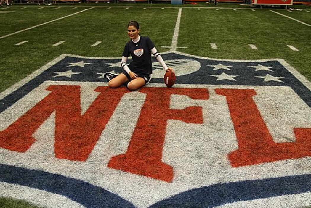 Nada mejor que la mitad del campo con el logo de la NFL en grande para t...