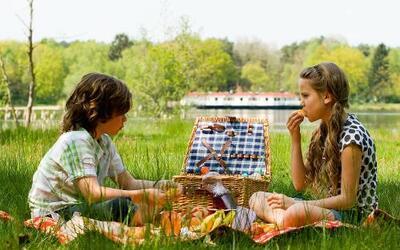 Un lindo picnic relajado con los niños siempre es una forma preciosa de...