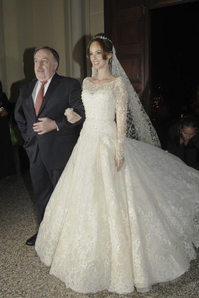 La bella paraguaya entró a la iglesia del brazo de su padre Vilo...