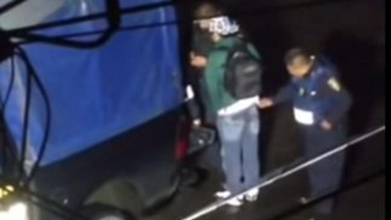 Imágenes donde el policía saca un objeto del bolsillo del joven que fue...