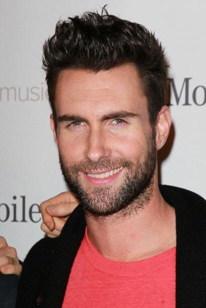 Si algo caracteriza a Adam Levine es esa pícara sonrisa y finas faccione...