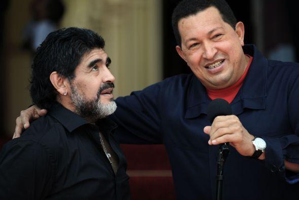 Además, el astro del fútbol publicó una foto junto a Chávez hecha en 201...