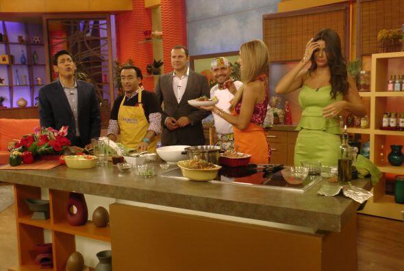 En la cocina, Adal Ramones y Ximena Córdoba ayudaron al Chef Raúl Santac...