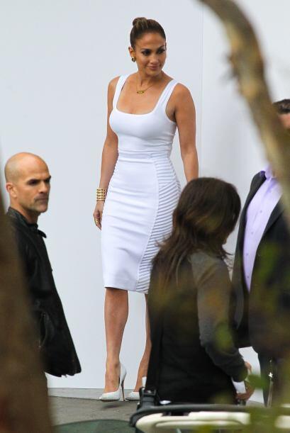 La productora y empresaria complementó su look con detalles dorad...