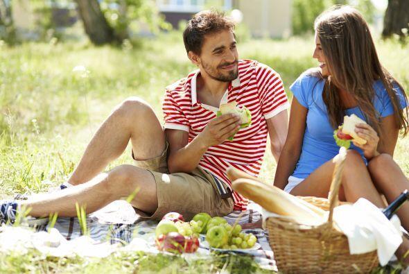 Hagan un picnic. Si trabajan cerca, pueden organizar un mediodía...