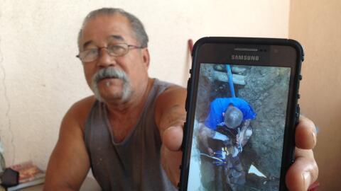 Alfred Castillo, empleado del motel Best Whittier Inn, muestra una foto...