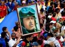 Seguidores de Chávez con una imagen del expresidente
