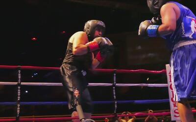 Exmarine sin pierna boxea en un cuadrilátero y lo hace como un profesional