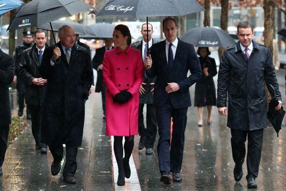 Cruzaron con todo y sombrillas negras por la plaza del Memorial para lle...