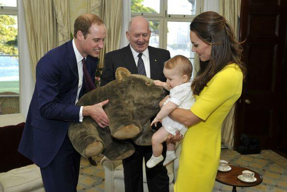 El principito recibió un lindo regalo, un enorme oso de peluche....