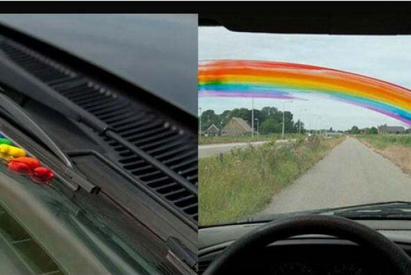 Que tal hacerle un arcoiris en el cristal del auto de uno de tus amigos?...