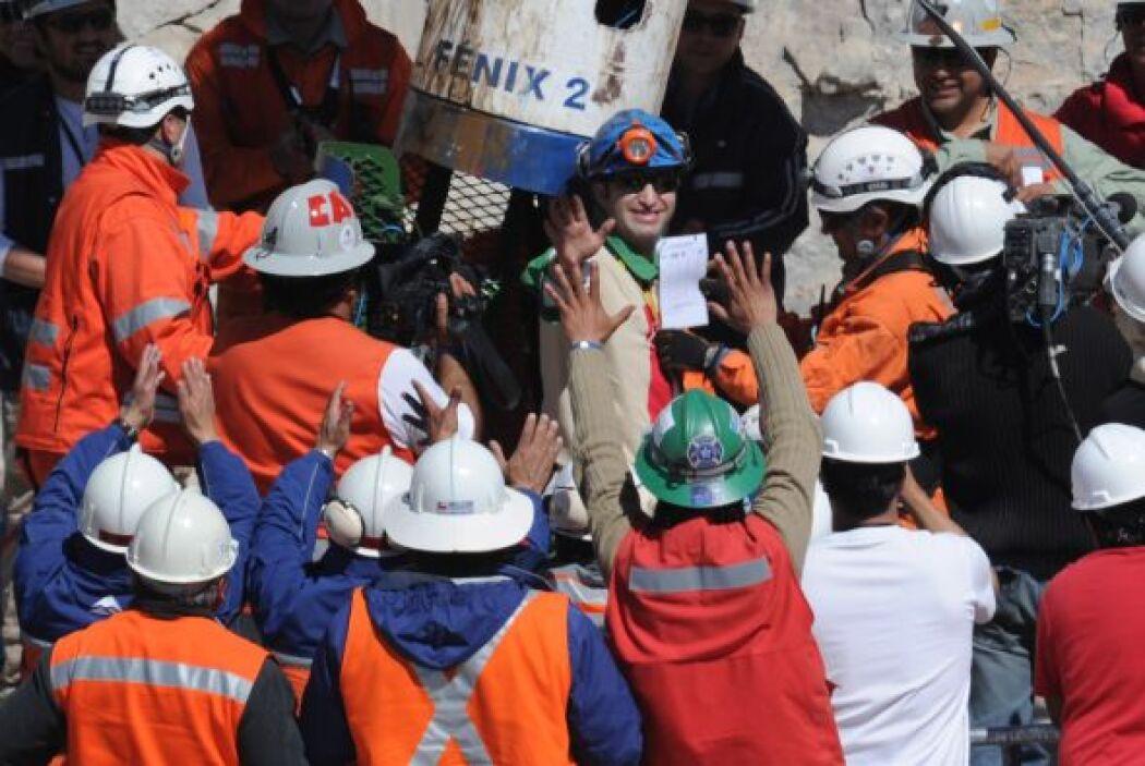 """""""Gracias a todos"""", dijo el minero antes de saludar al ministro de Minerí..."""