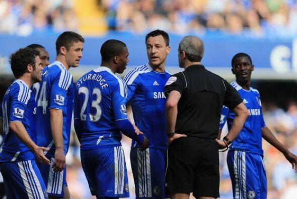 Al final, varios jugadores de 'Los Blues' protestaron al árbitro...