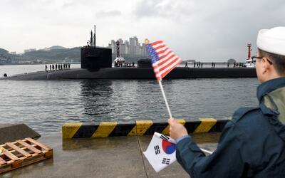 Mientras Norcorea celebra el aniversario de su ejército, un submarino es...