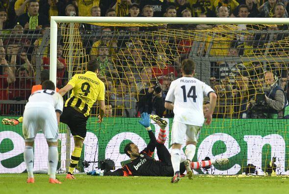 El atacante polaco tomó la pelota y dejando los nervios de lado impactó...