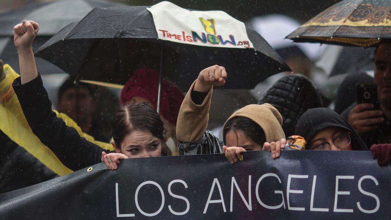 La tormenta no detuvo a manifestantes de Los Ángeles que niegan a Trump...