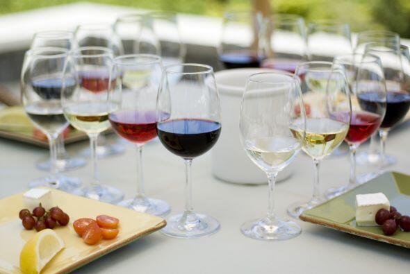 Y, en el vino, considera el color, la uva y la graduación alcohólica, ad...
