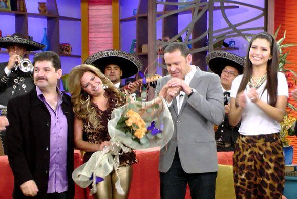 La cantante fue sorprendida por su novio quien llegó con flores y mariac...