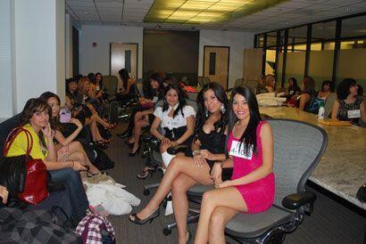 Después de esa primera entrevista las chicas pasaron a una sala en la pu...