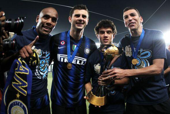 Los jugadores brasileños del Inter festejaron con el trofeo.