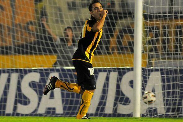 Alejandro Martinuccio anotó el segundo gol charrúa y lo festejó.....así.
