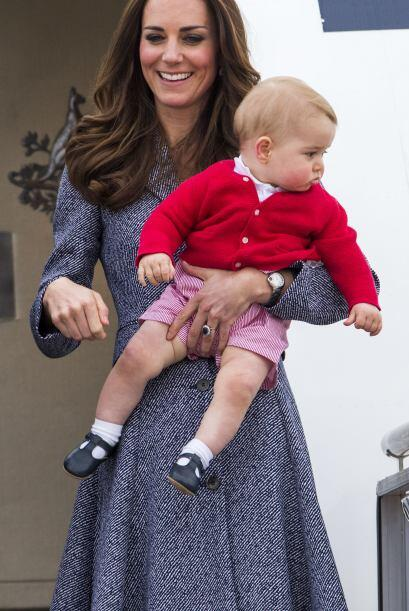 Kate Middleton cargó a George con mucho cuidado antes de abordar el avió...