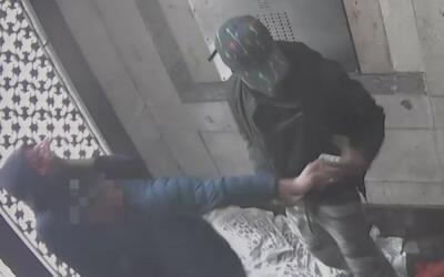 Con un llave de estrangulamiento, ladrón retiene a un hombre mientras su...
