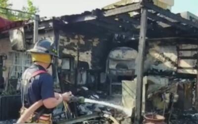 Bomberos controlaron un grave incendio en una pizzería en el noreste de...