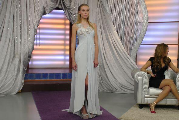 Este hermoso vestido blanco con pedrería en el busto y el cuello...