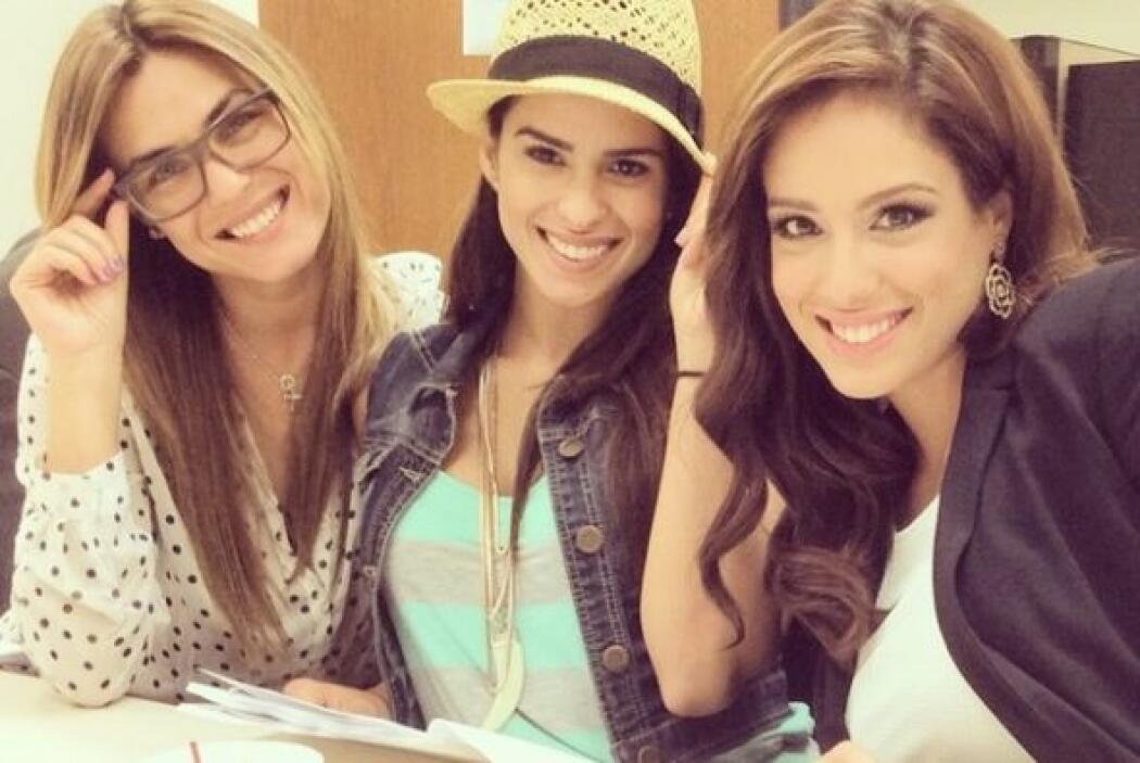A pesar de estar en junta, estas tres guapas chicas siempre tienen tiemp...