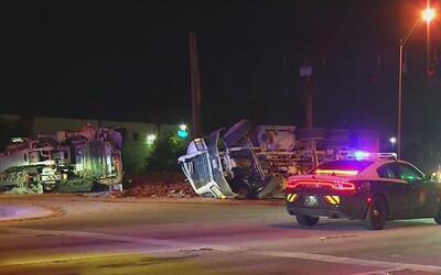 Conductores de dos camiones resultaron heridos tras accidente de tráfico...