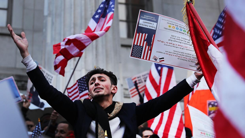 Las órdenes ejecutivas inmigratorias del presidente Trump generan una ol...