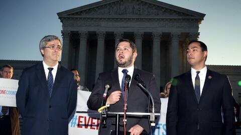 El representante Rubén Gallego, centro, al lado del representante por Te...