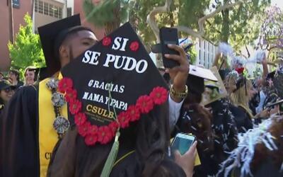 Con sus birretes, estos estudiantes evidencian los sacrificios que hicie...
