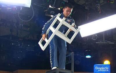 Mira estas acrobacias sobre una silla