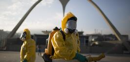 Trabajadores sanitarios fumigan el Sanbódromo en Río de Janeiro para com...
