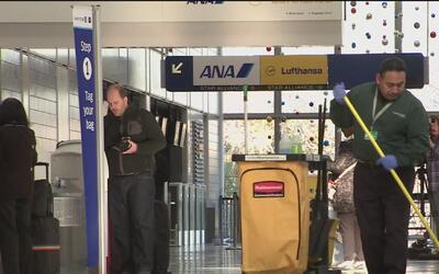 Trabajadores del Aeropuerto O'Hare de Chicago harán huelga el martes 29...