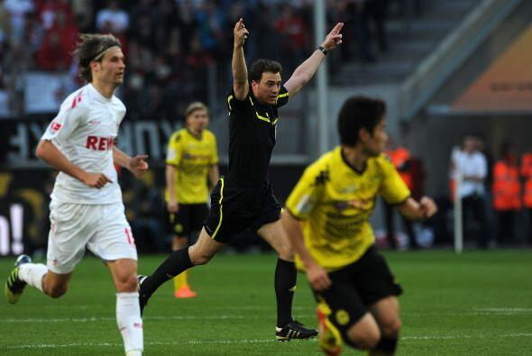 El árbitro Felix Zwayer al parecer le dio gusto que el Borussia Dortmund...