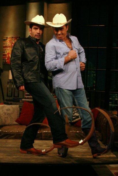 Daniel y Gabriel presumieron sus botas que están muy de moda en el norte...