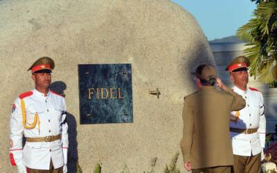 La tumba de Fidel está situada cerca del monumento funerario del...