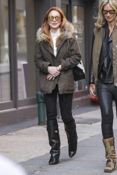 Las dos bellas mujeres caminaron por las calles de Nueva York.Mira aqu&i...