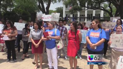 Decenas reclaman al gobierno texano por demanda contra DACA y DAPA